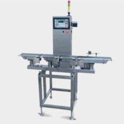CAS CCK 5500 - 5900 Checkweigher - Otomatik Ağırlık Kontrol Sistemleri üretimden çıkan ambalajlı ya da ambalajsız ürünlerin konveyor üzerinden geçişleri sırasında otomatik olarak tartılmasını, istenilen ağırlık toleransı içerisinde olmayan ürünlerin hattan ayrılmasını sağlar. Raporlama özelliği ile gün ya da vardiya sonunda hattan geçen tolerans dışı (düşük veya yüksek) / tolerans içi ağırlıktaki ürün adedi ve ağırlık bilgilerini listeler & raporlar.